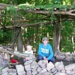 Alex und Jeremy vor einer selbst gebauten Hütte.